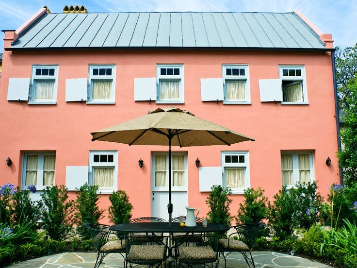 Cottage vacation rental in historic district Charleston. $400/night sleeps 8 near Meeting & Calhoun