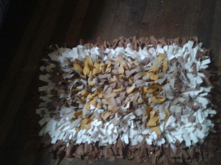 O tapete foi feito de tecido e estopa