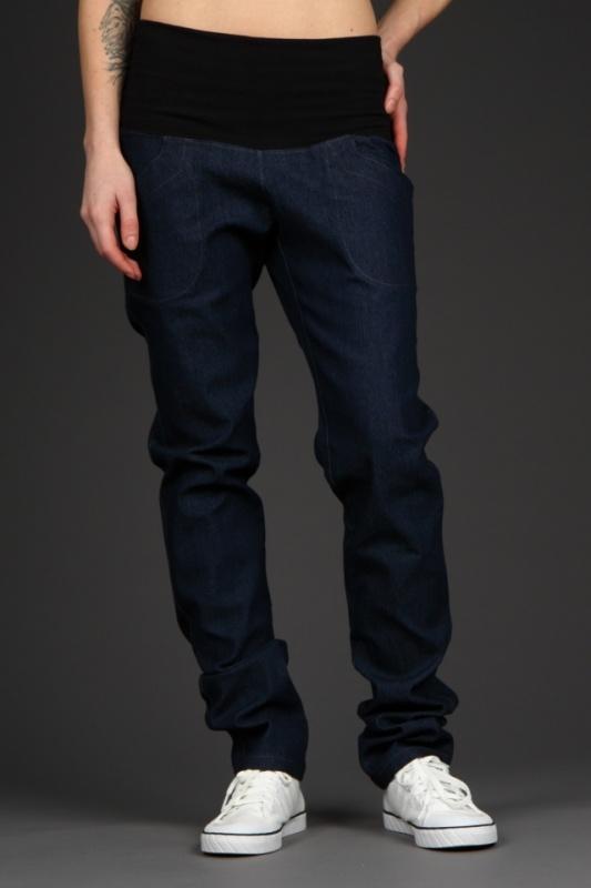 Mama Hudson Denim STmavě modré riflové kalhoty s pružným černým předním dílem. Střih: Kalhoty jsou díky pružnému pásu tak pohodlné a přizpůsobivé, že je můžeme doporučit i jako těhotenské. Doplňující rozměr - šířka přes stehno, měřeno v nejširší oblasti kroku: S-26cm, M-28cm, L-30cm. Materiál: 92%bavlna,8%lycra. Údržba: Kalhoty doporučujeme prát na 40°C ...