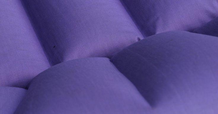 Cómo encontrar una leve fuga en un colchón de aire Intex. Los colchones de aire son la combinación perfecta de confort y comodidad en situaciones en las que no puedes o no tienes una cama de verdad, pero no quieres dormir en el suelo o en el sofá. Intex es un fabricante de confianza de un número de tipos de colchones de aire, algunos con las tapas de flocados, algunas con revestimiento espuma con memoria ...