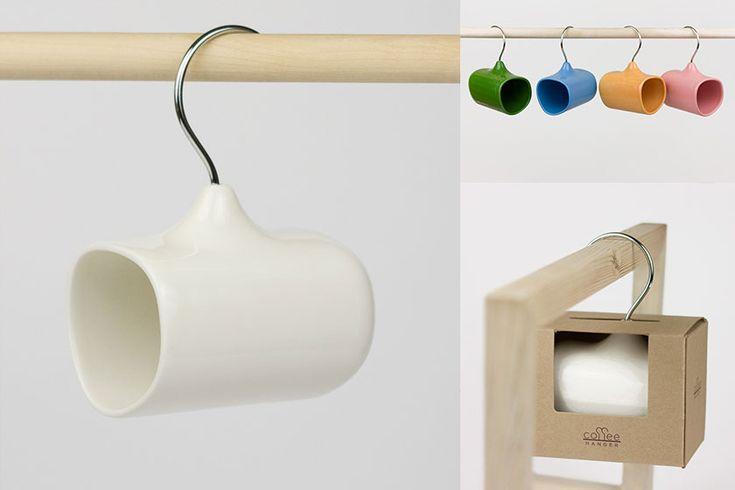 Minimalistische 'coffee-hanger' van Amir Alizade.  Erg origineel, deze koffie-hanger van ontwerper Amir Alizade. Het handvat van dit keramische koffiekopje is de haak van een kledinghanger. Op deze manier kan je het kopje overal ophangen waar je maar wilt!  Amir Alizade (1978) is een product ontwerper uit Teheran, Iran maar sinds 2005 werkzaam in...  Lees verder op http://www.stylingblog.nl (klik op de foto of zie link in bio).