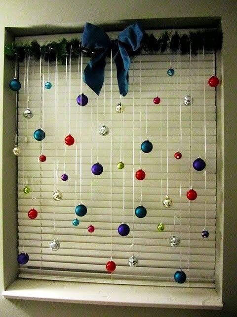 Such a fun idea for a small window. Christmas decorations