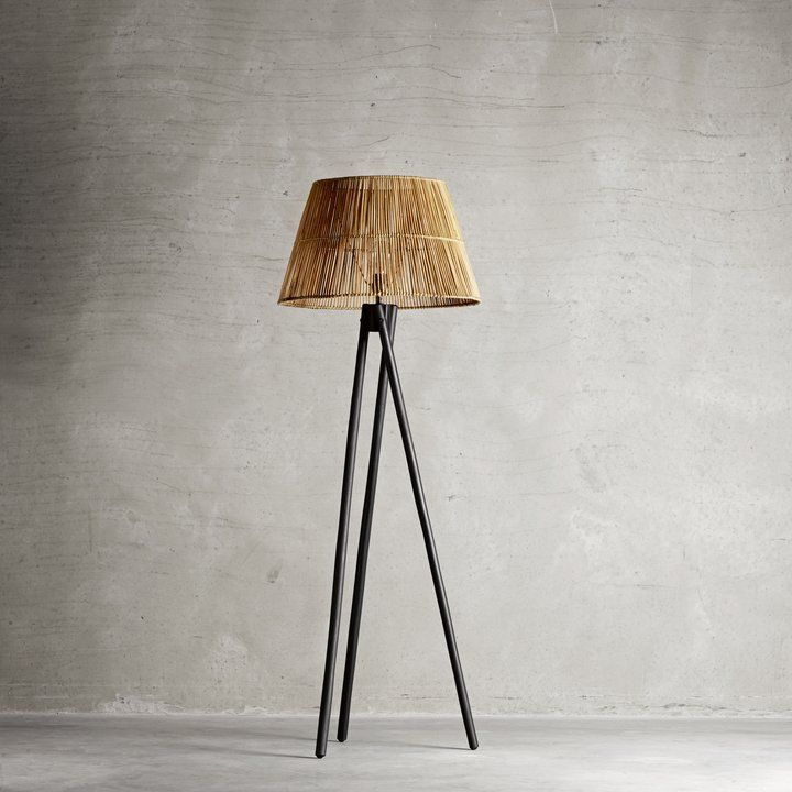 Black floor lamp in rattan.