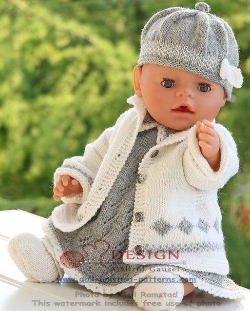 I tillegg har jeg strikket en utejakke i hvitt med noe grått mønster. Jakken gjør seg godt utenpå kjolen når dagene er kjølige synes jeg.