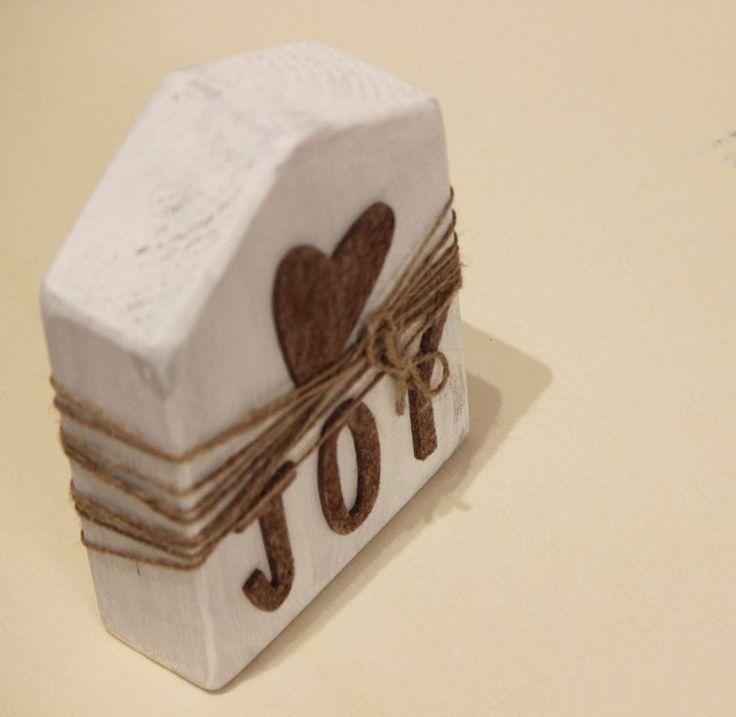 casetta in legno con scritta joy applicata