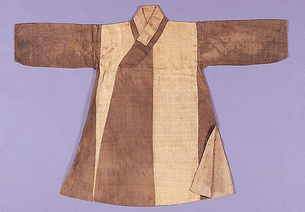 Jungchimak (Coat with Side Slits) | Excavated from the tomb of Yoon(family originated in Haepyeong) in Yangju, Kyeonggi-do(2001) 17th century | Seok Juseon Memorial Museum, Dankook University