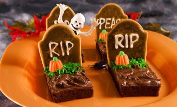 I Brownies per la notte di Halloween diventano delle spaventose, ma deliziose, bare! Con un po' di pasta di zucchero e dei biscottini alla cannella, riusciranno a creare la giusta atmosfera! Preparazione: Per prima cosa preparate la frolla con cui costruirete una parte delle tombe: in una ciotola versate la farina, il sale, il burro, lo zucchero  … Continued