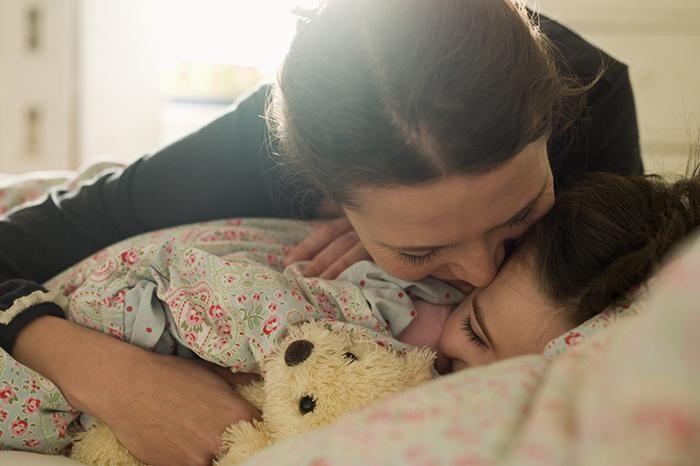 """КАК БУДИТЬ МАЛЫША?  Не стоит знакомить с будильником ребенка младше 8–10 лет. Пронзительный звук будильника внезапно и резко обрывает сон, а это стресс для неокрепшей нервной системы. В организме испуганного малыша активно выделяется гормон стресса норадреналин.  В результате ребенок может полдня чувствовать себя разбитым, а у особенно чувствительных малышей """"подъем по свистку"""" способен вызвать ночные кошмары.   Кроме будильника исключаются: внезапный яркий свет, громкая музыка, командный…"""