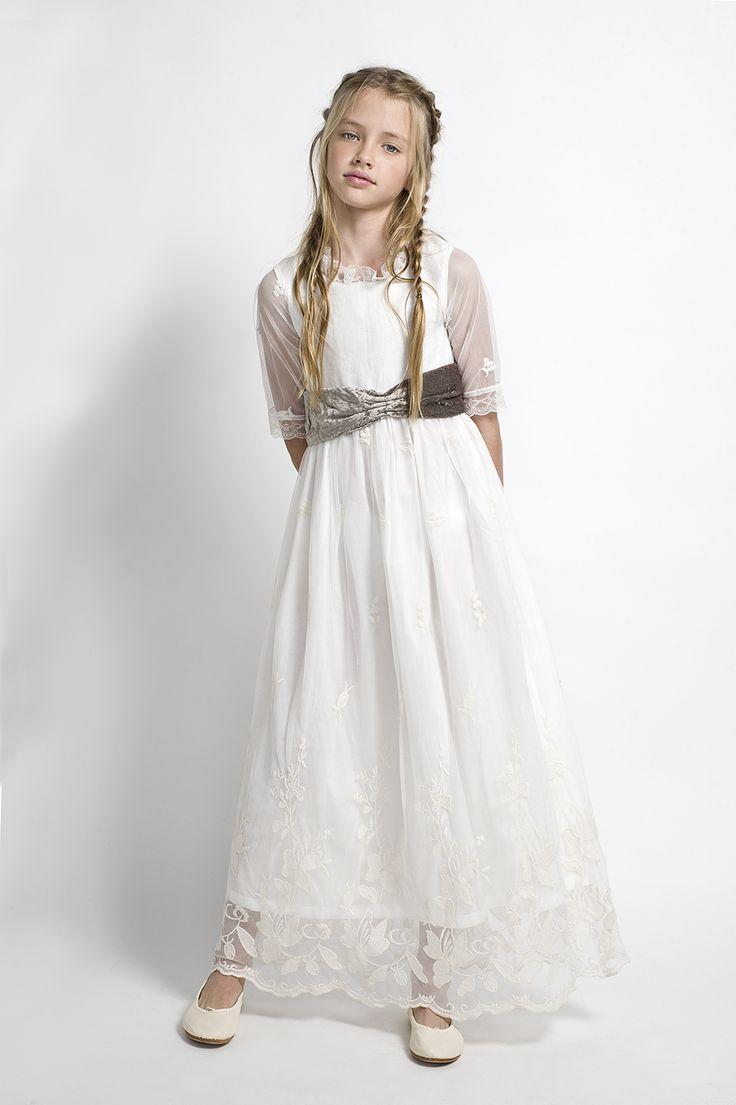 Vestido de comunión de tul bordad con fajín de terciopelo. Moda infantil.