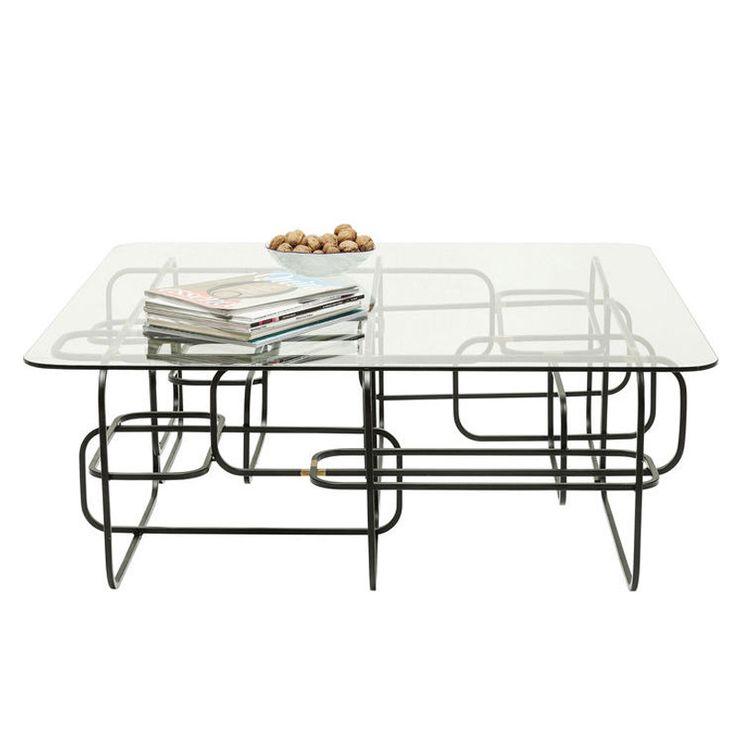 Ett ovanligt snyggt soffbord med grafiskt stilrent underrede i lackat stål och bordsskiva i glas.