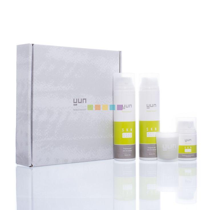 De YUN SKN Therapie bestaat uit de SKN Body Wash, SKN Body Cream en SKN Face Cream die de natuurlijke beschermlaag van de huid niet aantasten en het delicate bacteriële evenwicht van de huid behouden. Deze verzorgingen bevatten een microbioomvriendelijke formule die het gezonde en beschermende microbioom gaat behouden, voor een helderdere en gezondere huid. Nu verkrijgbaar bij Pharmamarket.be.