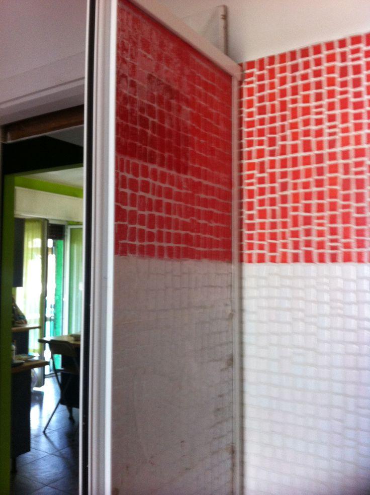 Sistema furbo-casareccio x nascondere-riparare il vetro della doccia rotto