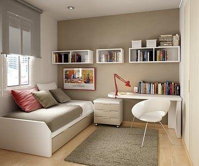 Para quem trabalha em casa ter uma escrivaninha ao lado da cama ajuda a manter a organização do dia a dia.