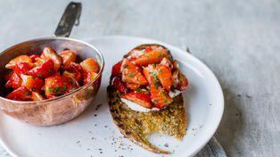 Ristet brød med balsamicomarinerte jordbær, mynte og feta