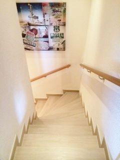 Rivestimento scala preesistente in marmo, con gres porcellanato effetto legno by Ceramica Sant'agostino serie SWood #ceramicasantagostino #swood #scala #echelle