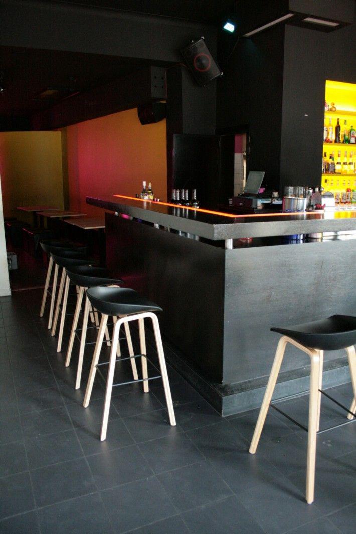 """De barstoelen - model """"AAS32"""" - van HAY vonden een plek de bar van de 'Sweet Lime' in Kortrijk. Terechte keuze want deze barstoel met houten eiken poten en kunststof schelp is zeer comfortabel. En dat aan een correcte prijs: 177 Euro + BTW. De zitschelpen zijn verkrijgbaar in de kleuren wit, zwart, grijs, coral rood of blauw. De poten kunnen ook in zwart verkregen worden. Kortrijk aan den toog op HAY.... :>)"""