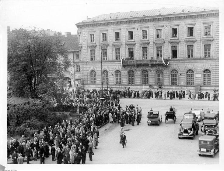 Uczczenie pamięci Józefa Piłsudskiego chwilą milczenia na placu Teatralnym, widoczne samochody.