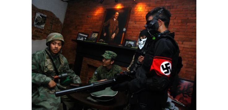 """Après le """"Hitler Fried Chicken"""" en Thaïlande, un café d'inspiration nazie en Indonésie. Boire une bière allemande sous un portrait grand format d'Adolph Hitler laisse la population indonésienne indifférente. Le """"nazi-chic"""" se révèle bel et bien une véritable tendance en Asie."""