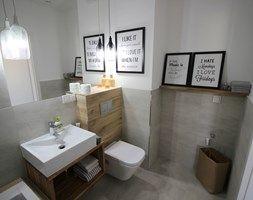 nowoczesnie, elegancko z klasą, szarosci ocieplone drewnem - Średnia łazienka w bloku bez okna, styl nowoczesny - zdjęcie od mkof