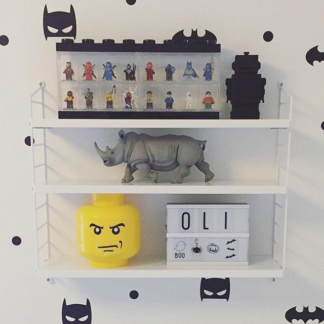 Lightboxen er allerede flyttet ind på Olivers værelse  #legostorage #a5 #lightbox #alittlelovelycompany #robotsparegris #kgdesign #wallstickers #børneværelse #dreng #batman #børn #kidsroom #barnrum #indretning #bymoulin #drengeværelse