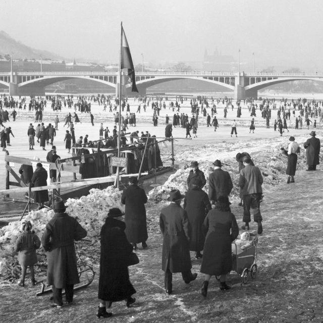Nedělní bruslení na Vltavě roku 1937.