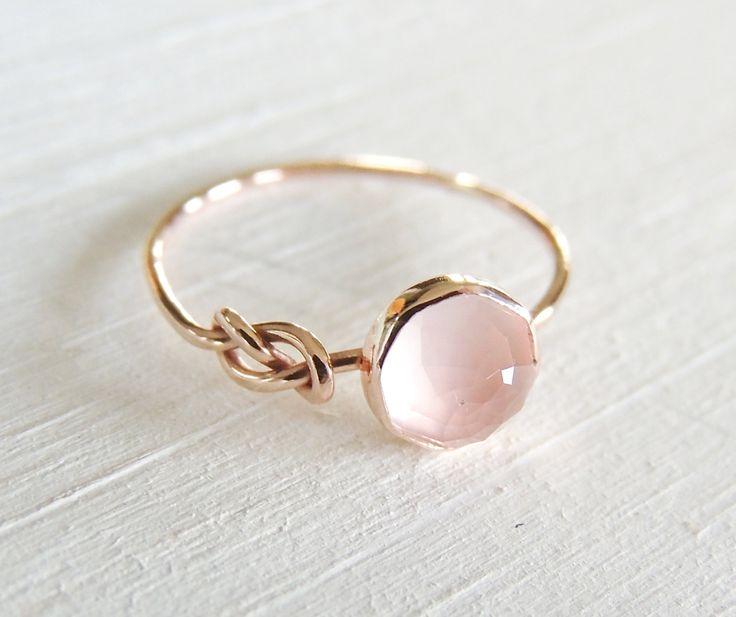 Bague en Quartz rose, bague en or Rose, infini noeud bague, bague symbole, l'amitié anneau d'or, bague en or jaune, pile bague, bague en or blanc  J'ai fait cette bague de 14k recyclé or et sertie de 6mm taille rose Quartz Rose dedans. L'anneau fait main essorée dans un symbole de l'infini, un symbole pour l'amitié, la vie et tout le reste il est fait pour vous pour toujours. Ce blush brillant rose Quartz Rose Lets lumière briller à travers et est donc très féminin!  Je peux faire cette bagu…