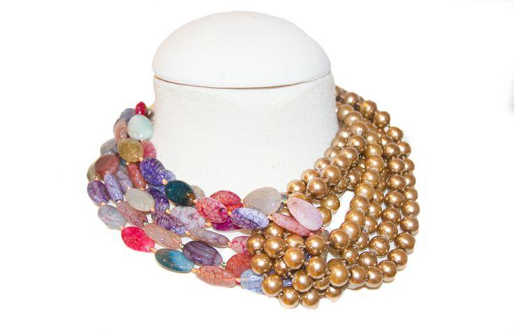 Perlas de cristal dorada con piedras planas de colores