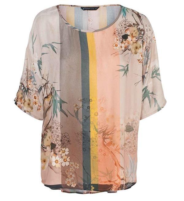 Summum top met all over print. Deze multicolor top heeft een ronde hals. Deze gekleurde blouse komt uit de collectie zomer 2017 van Summum Woman. Benieuwd naar de andere items uit de dameskleding collectie van Summum Woman? Shop direct online: http://www.nummerzestien.eu/summum/