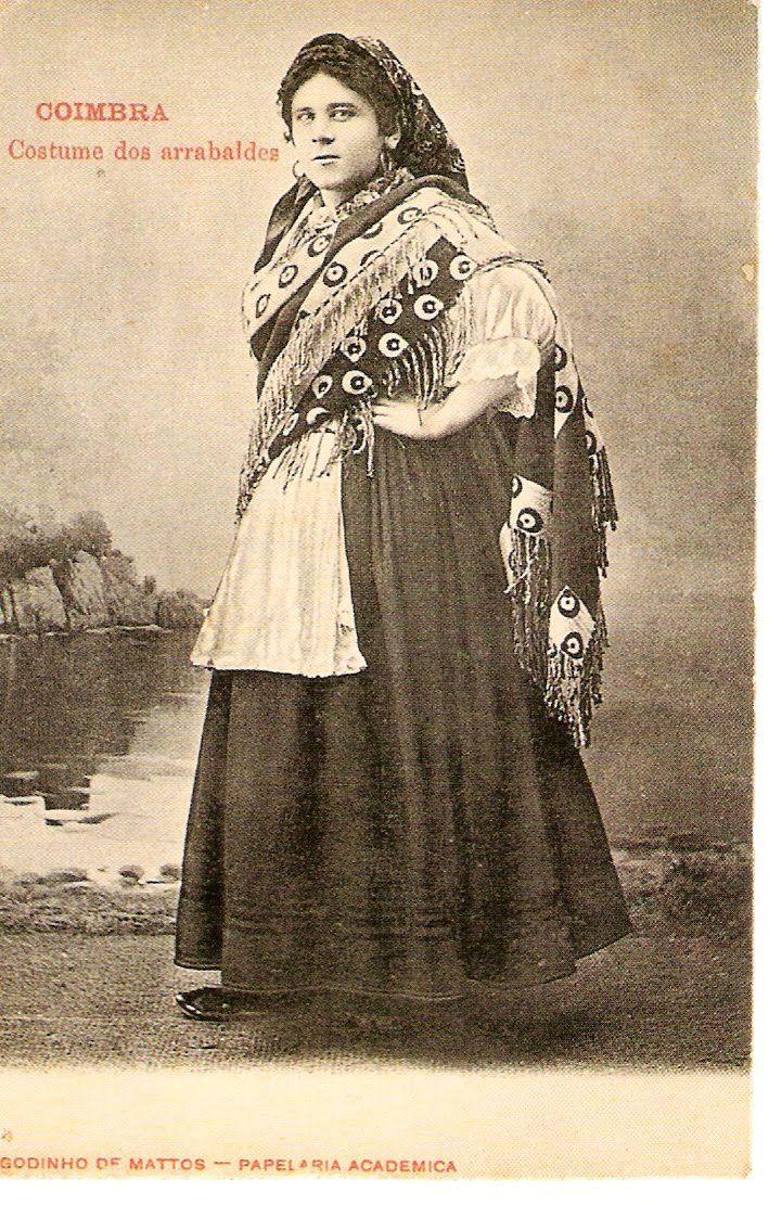 Um estudante da Universidade de Coimbra com indumentária feminina (traje de tricana), fotografia de ca. 1900