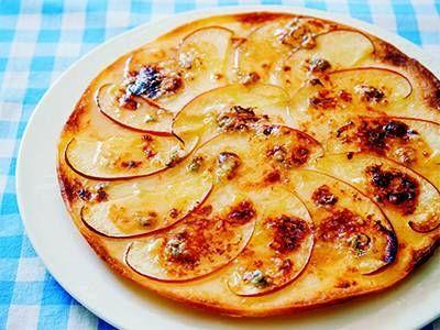 栗原 はるみさんのピザ用シートを使った「りんごのデザートピザ」のレシピページです。りんごの甘酸っぱさとチーズの塩けはワインとの相性抜群!パリパリの食感が、おいしさを引き立てます。 材料: ピザ用シート、りんご、ゴルゴンゾーラチーズ、はちみつ、グラニュー糖、バター