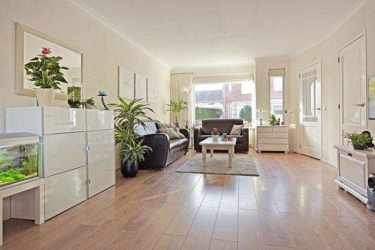 Te koop: Duke Ellington 40, Hoorn - Hoekstra & van Eck Makelaars. Met 4 slaapkamers is deze woning uitermate geschikt voor een (jong) gezin. Maar ook voor starters op de woningmarkt is dit een prima begin. Daarnaast heeft het huis een lichte woonkamer, praktische keuken en nette badkamer. Achter de woning ligt een verzorgde achtertuin waar je volop kunt genieten. De ligging nabij voorzieningen zoals winkels, scholen en het station maakt het woongenot helemaal compleet.