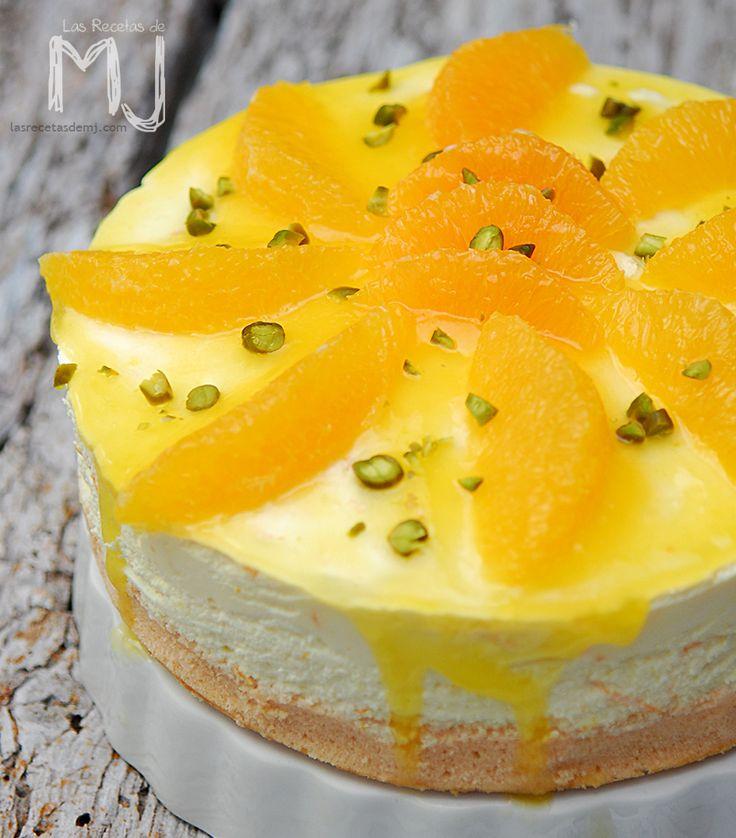 """Unos gajos de naranja pelados """"a lo vivo"""" y unos pistachos picados son parte de la decoración de nuestra tarta de hoy. Una deliciosa tar..."""