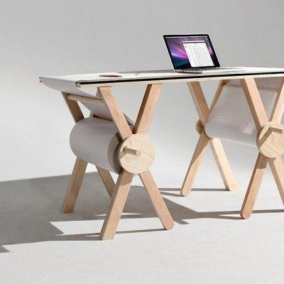 Nous devons ce bureau conceptuel appelé « The Analog Memory Desk » à la jeune designer américaine Kirsten Camara.  L'idée est de transformer son espace de travail en un post-it géant où croquis, numéros de téléphones, dessins,… seront gardés sur la feuille de papier qui peut faire jusqu'à 1 100 mètres. La conception est simple et réalisée avec de l'érable, du verre et du papier d'emballage.