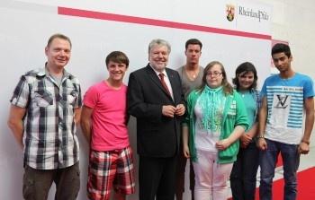 Die Binger BvB-Teilnehmer mit FAW-Lehrkraft Jörg Hadzik (links) treffen den rheinland-pfälzischen Ministerpräsidenten Kurt Beck.