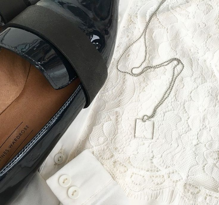 Du skal bruge  Kæde (inkl. 10 låse) til 39 kr. Vedhæng (5 stk.) til 19 kr. Vælger du at lave kæden kort, er der til flere kæder.  Sådan gør du  Bestemt dig for om kæden skal være kort eller lang. Påsæt vedhæng. Har du små trækugler liggende eller andet i gemmerne, kan du nemt forny dit smykke og sætte dit eget personlige præg.