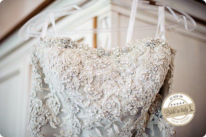 The details of this dress are simply amazing. Ph Emanuele Capoferri http://www.brideinitaly.com/2013/12/capoferri-villa-borghi.html #elegant #italianstyle #wedding
