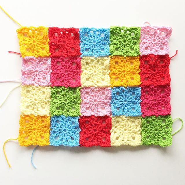 Malha casas agulha de crochê para projeto de fios bombardeio. /knit hook crochet squares for yarn bombing project.