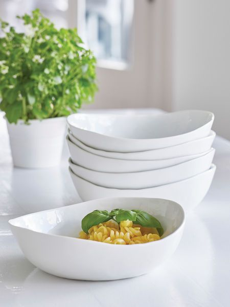 This stunning serving bowl can be used for pasta, soup or as serve ware and will more than earn its place on your table, giving you pleasure at every mealtime, day and after day.