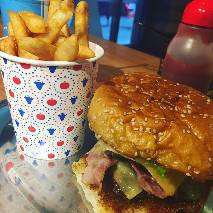 First time trying here. #melbournelife #awesome #yummy #sofull #fridaylunch #lunchtime @huxtaburger