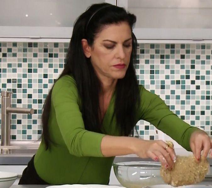 Πανάρισμα ονομάζουμε τη διαδικασία κατά την οποία το τρόφιμο (συνήθως κρέας) καλύπτεται με αλεύρι, αβγό και τριμμένη φρυγανιά και στη συνέχεια -στις περισσότερες συνταγές, τουλάχιστον- το τηγανίζουμε. Ωστόσο, το παναρισμένο φαγητό μπορεί να μαγειρευτεί επιτυχημένα και στο φούρνο και να γίνει εξίσου νόστιμο, με τραγανή κρούστα και ακόμη πιο υγιεινό. Η Ελένη Ψυχούλη μας δείχνει πώς θα επιτύχουμε τραγανό πανάρισμα στο φούρνο.