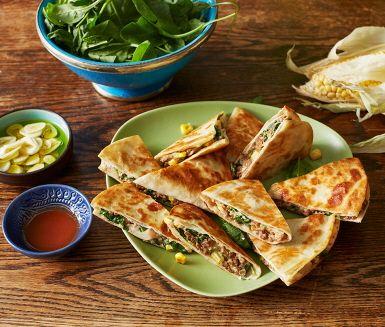 Quesadillas är en god och snabblagad middag men passar också perfekt som mingelmat! Tortillabröd som fylls med b.la. vegetarisk färs, majs, bönor, spenat och tabasco som bidrar med lite sting. Perfekt till fredagsmyset!