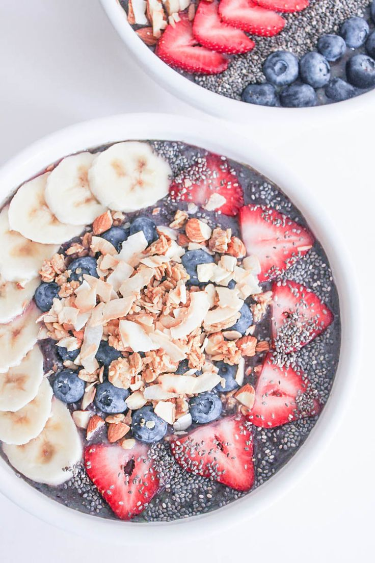 Berry Crunch Smoothie Bowl. Bursting with flavor, texture and nutrients! #vegan #glutenfree