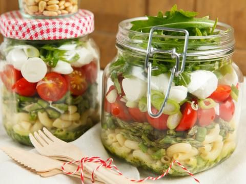 Eine gesunde Lunch-Alternative: Nudelsalat mit viel frischem Gemüse - im Einmachglas.