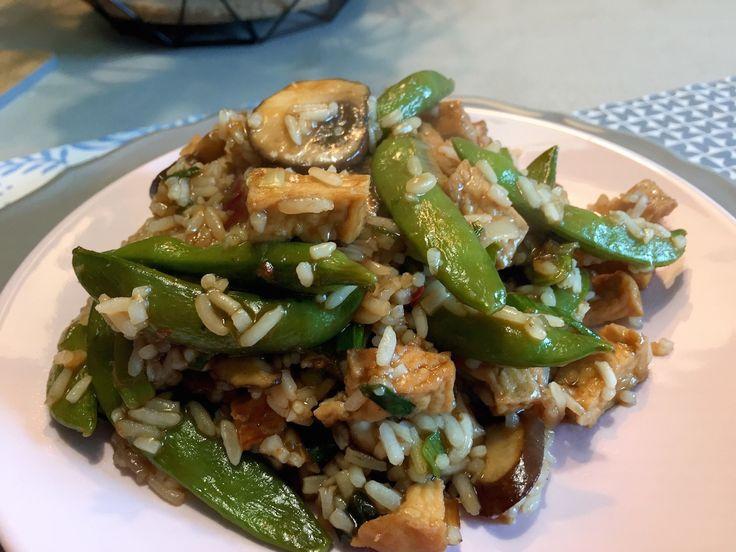 Lekkere roerbakrijst met teriyaki, tofu en champignons. Dit recept bestaat uit slechts 6 hoofdingrediënten, snel, goedkoop en lekker! Lekkere oosterse smaken!