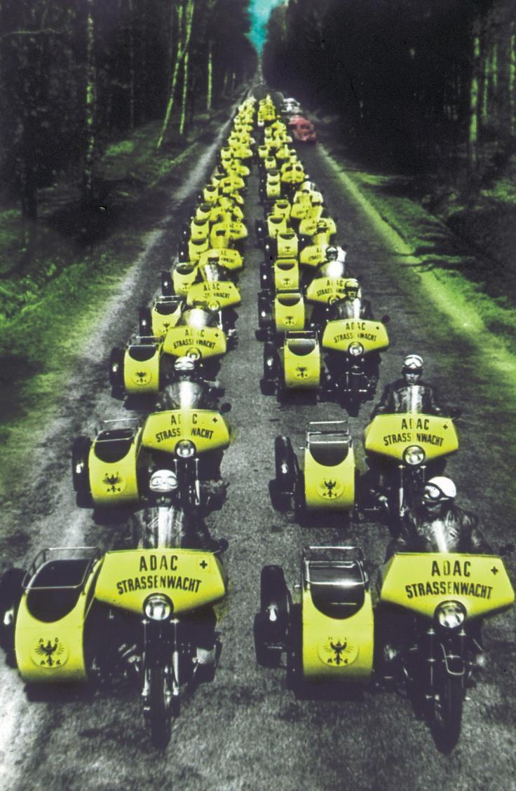 Am 02. Mai 1954 fiel der Startschuss für 60 Beiwagen-Motorrädern der Marke BMW, NSU und Zündapp. Im Beiwagen sind eine vom Deutschen Roten Kreuz entwickelte Ausrüstung für Erste Hilfe und ein Werkzeugkasten untergebracht, sowie Benzin, Diesel und Wasser in Kanistern.
