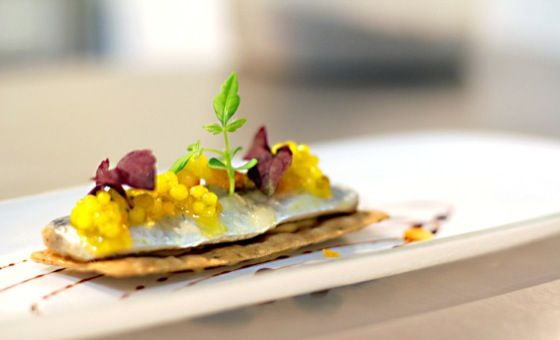 Sardina marinada en vinagre de Jerez, escabeche de vegetales y perlas de aceite de oliva