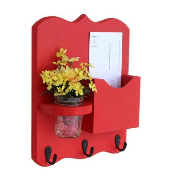 Cet organisateur de bel qu'il fonctionne parfaitement dans une entrée façon ou la cuisine. Avec beaucoup d'espace pour accrocher vos clés ou laisses pour chiens, un endroit pour les lettres qui s'adapte à la taille régulière ou juridique et un beau vase de fleurs, il est à la fois fonctionnel et beau. Le vase pot qui est inclus est amovible, donc vous pouvez changer vos fleurs souvent pour un nouveau look. Construit de 3/4 de pin blanc, poncé, peint et scellé, représenté en rouge avec u...