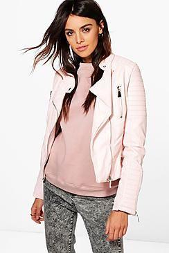¡Cómpralo ya!. Boutique Harriet Leather Look Quilted Biker Jacket. Abrígate con las últimas tendencias en abrigos y chaquetas y disfruta del fríoDale un nuevo aire a tus prendas para los meses más fríos con las novedades en abrigos y chaquetas de boohoo. Redondea la silueta con una chaqueta acolchada, sé fiel a tu estilo deportivo con una bomber o protégete de los elementos con un chubasquero de plástico. Pero, si estás buscando una opción más chic, elige abrigos de piel sintéti...
