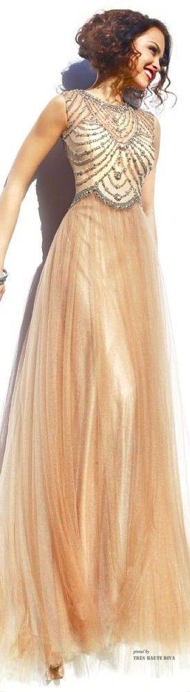 Vestido largo en gasa con detalle bordado con joyas, muy vintage glam.