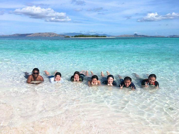Disaat yang lain sibuk dengan rutinitas Ngantor, kuliah, dan sekolah. Kita mah leyeh-leyeh nyantai di pantai 😄😎👙🏖  Location : Pink Beach, Komodo National Park  Buat #SobatJalan yang mau liburan seperti kak @kcijoel dkk dan mau tentuin tanggal sendiri bisa kok!. Private trip arrangement please mail to tuk4ng.jalan@gmail.com or Call/WA/sms 087808116852 . .  #pulaupadar #tamannasionalkomodo #labuabbajo #tukangjalan #tukangjalantrip #tukang_jalan #explorekomodoisland #pulaukomodo #komodotrip…